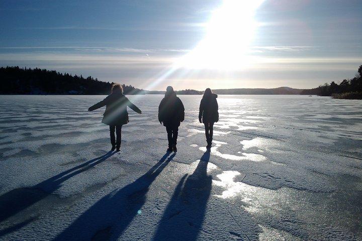 Tre av Wake-Up Calls nya medarbetare på promenad mot en lysande framtid